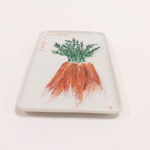 Plat ou plateau en porcelaine peint à la main. Collection Potager : Carottes