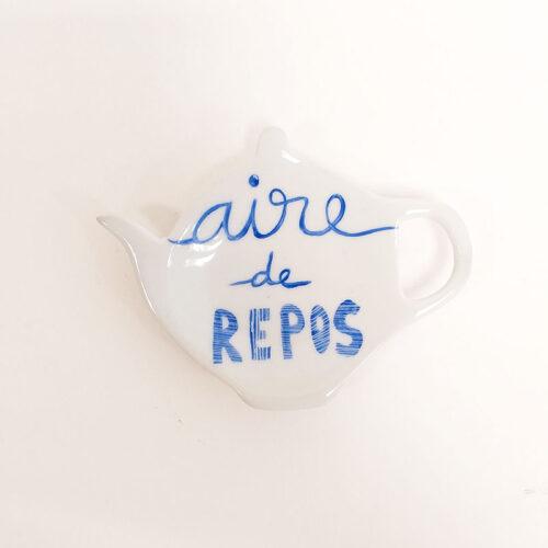 Repose sachet de thé en porcelaine avec un message, peint à la main