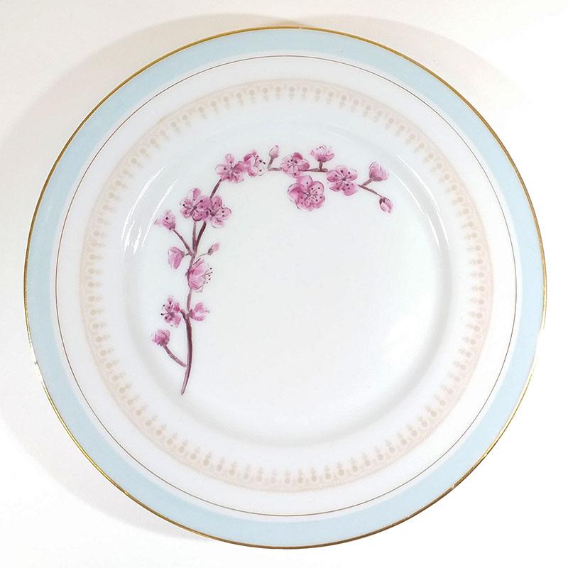 Assiette ancienne en porcelaine, collection Seconde vie, peinte à la main : Fleur du japon