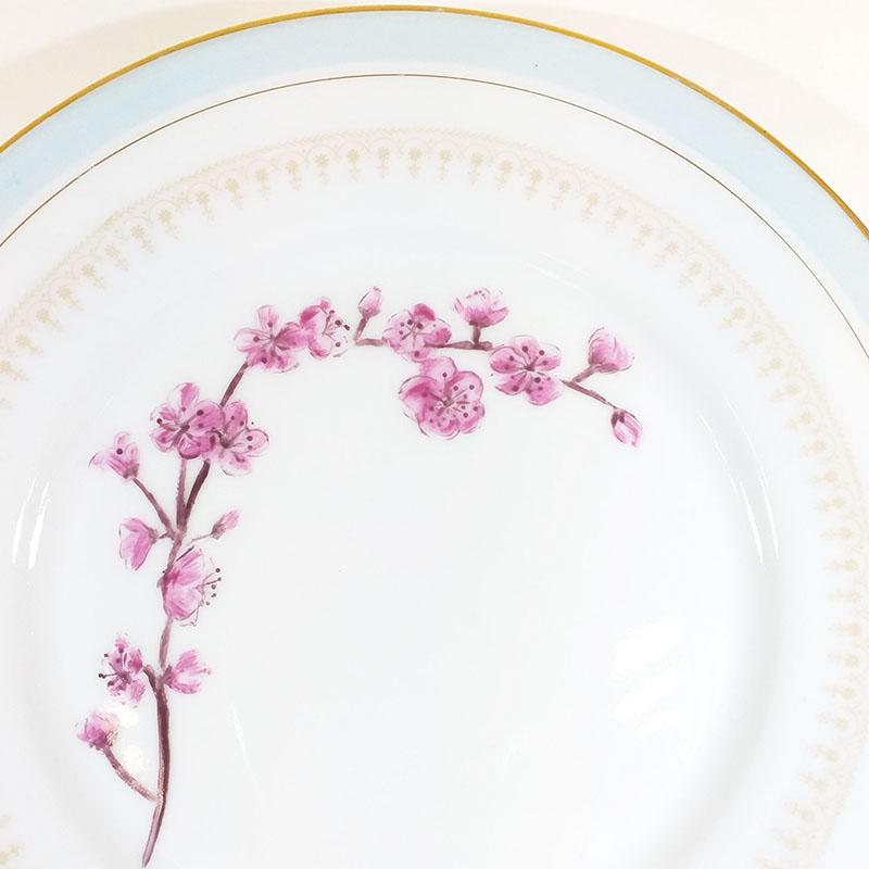 Assiette ancienne en porcelaine, collection Seconde vie, peinte à la main : détail Fleur du japon