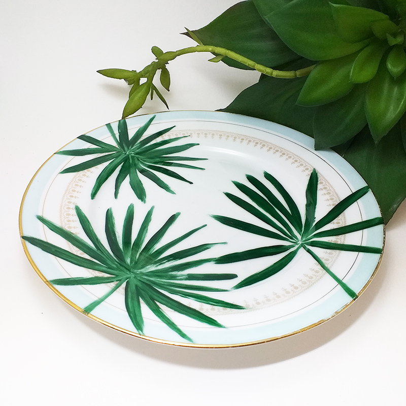 Assiette ancienne en porcelaine, collection Seconde vie, peinte à la main : Feuillage vert