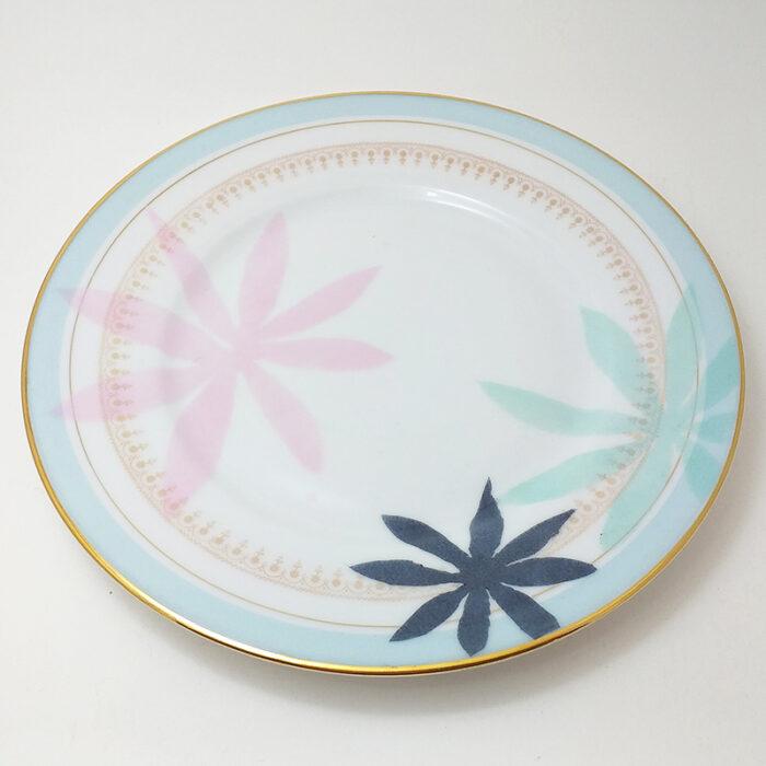 Assiette ancienne en porcelaine, collection Seconde vie, peinte à la main : Feuillage pastel