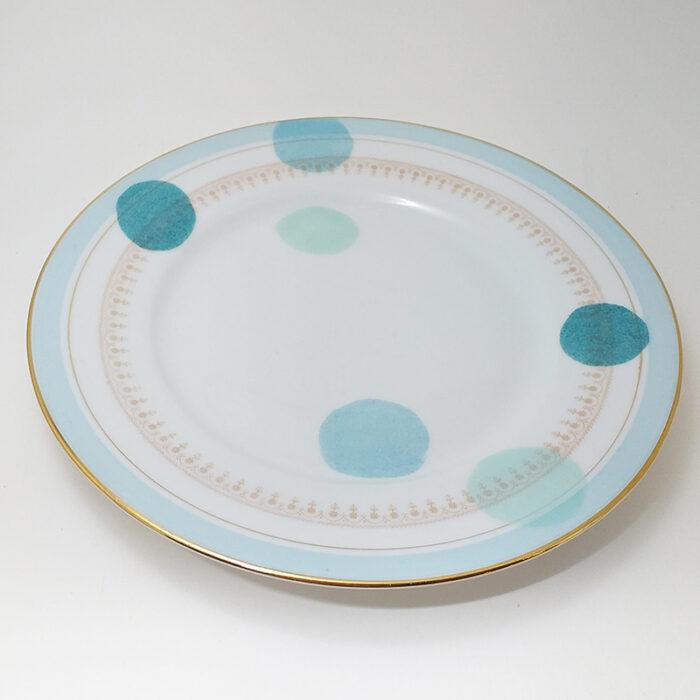 Assiette ancienne en porcelaine, collection Seconde vie, peinte à la main : Pois colorés bleu vert