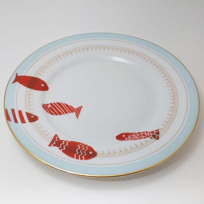 Assiette ancienne en porcelaine, collection Seconde vie, peinte à la main : poissons rouges