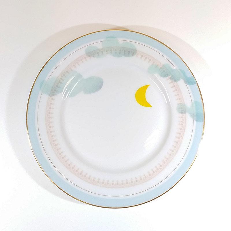 Assiette ancienne en porcelaine, collection Seconde vie, peinte à la main : Lune jaune et nuages