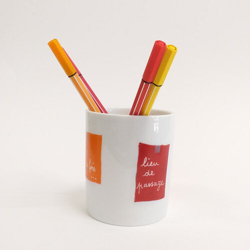 Pot à crayon en porcelaine, collection message, couleurs rouge et orange. Peint à la main