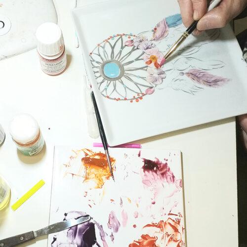 cours peinture sur porcelaine, plat décoré attrape rêves