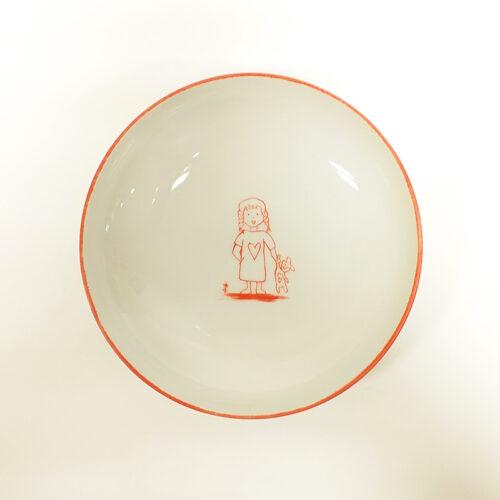 assiette creuse, fillette aux tresses et doudou, rouge orangé. Peint à la main