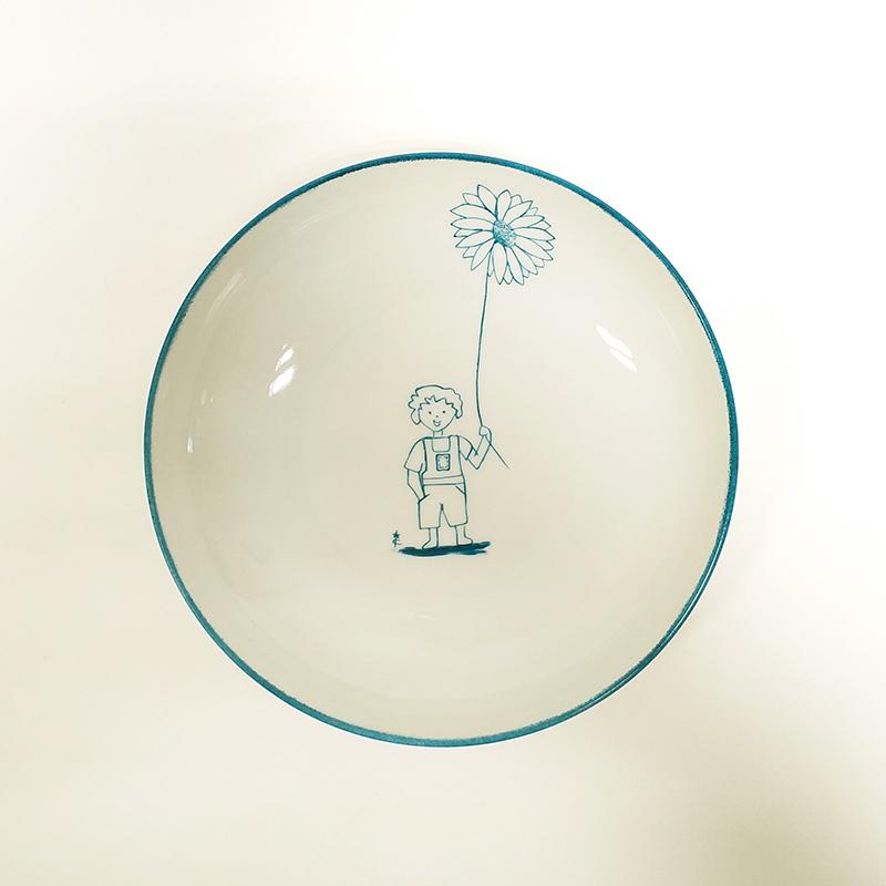 Assiette creuse bleu canard, gars à la grande fleur, peint à la main. Collection vaisselle de mon enfance