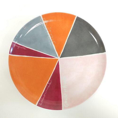 plat à tarte en porcelaine, collection graphique, part découpée avec message et plusieurs couleurs, peint à la main