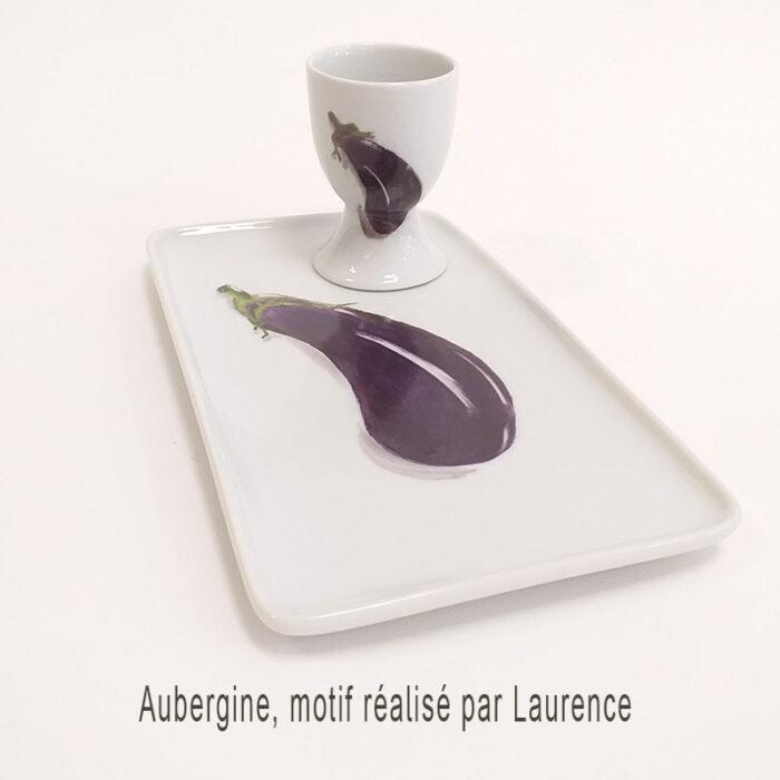 Plat et coquetier en porcelaine peint à la main par Laurence