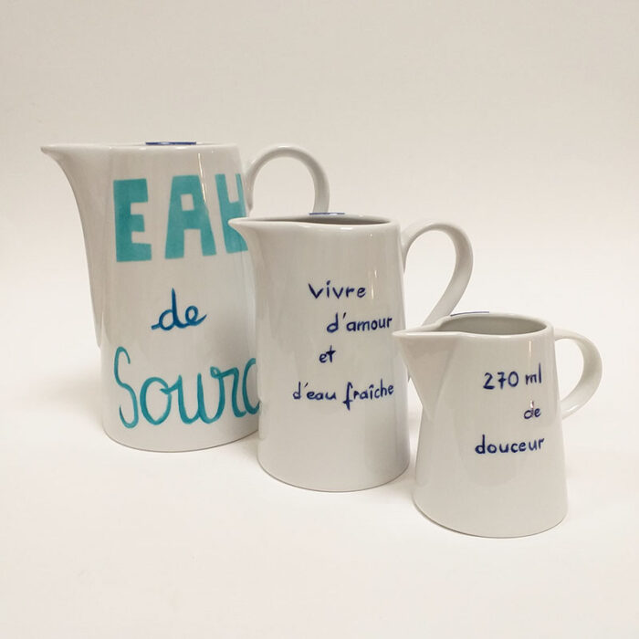"""Ensemble de pichets en porcelaine, collection """"Je vis"""", peint à la main."""