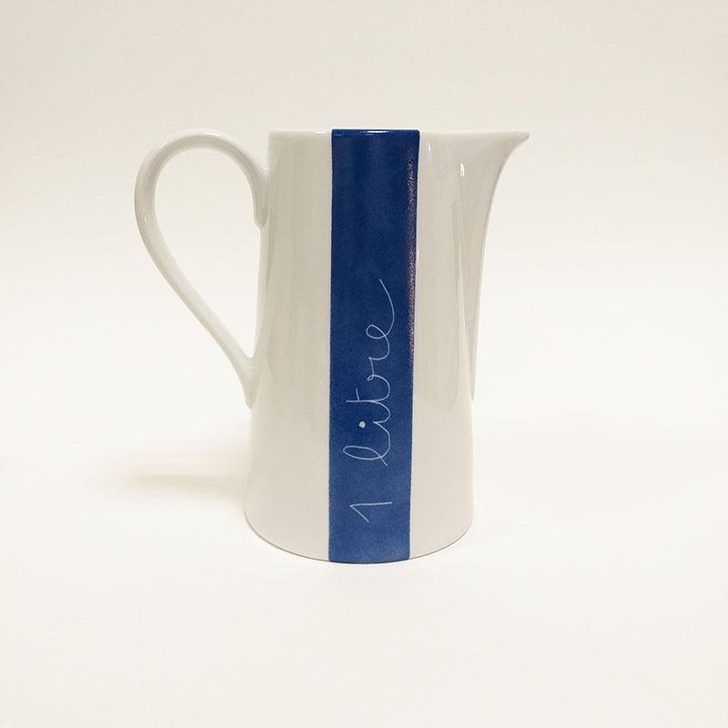 pichet en porcelaine, collection je vis, peint à la main : eau de source. Bleus