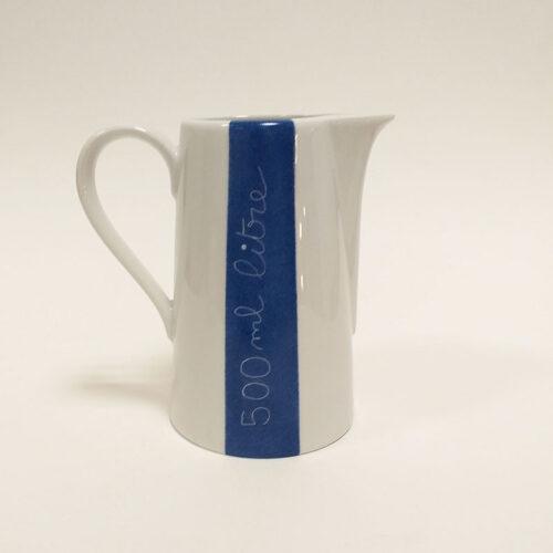pichet en porcelaine, collection je vis, peint à la main : eau de source. Bleu marine