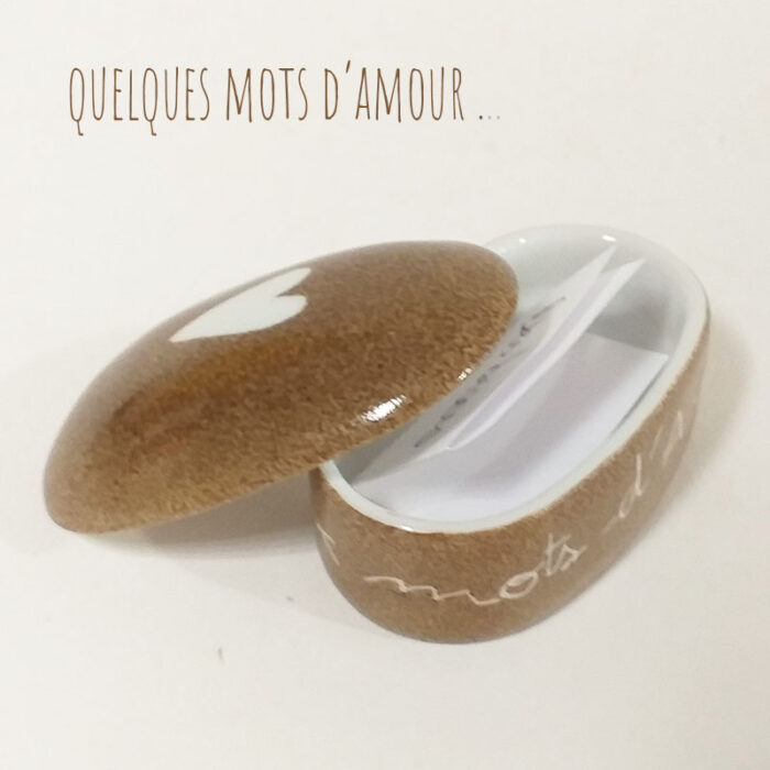 Boîte en porcelaine peinte à la main. Bolet, mots , amour