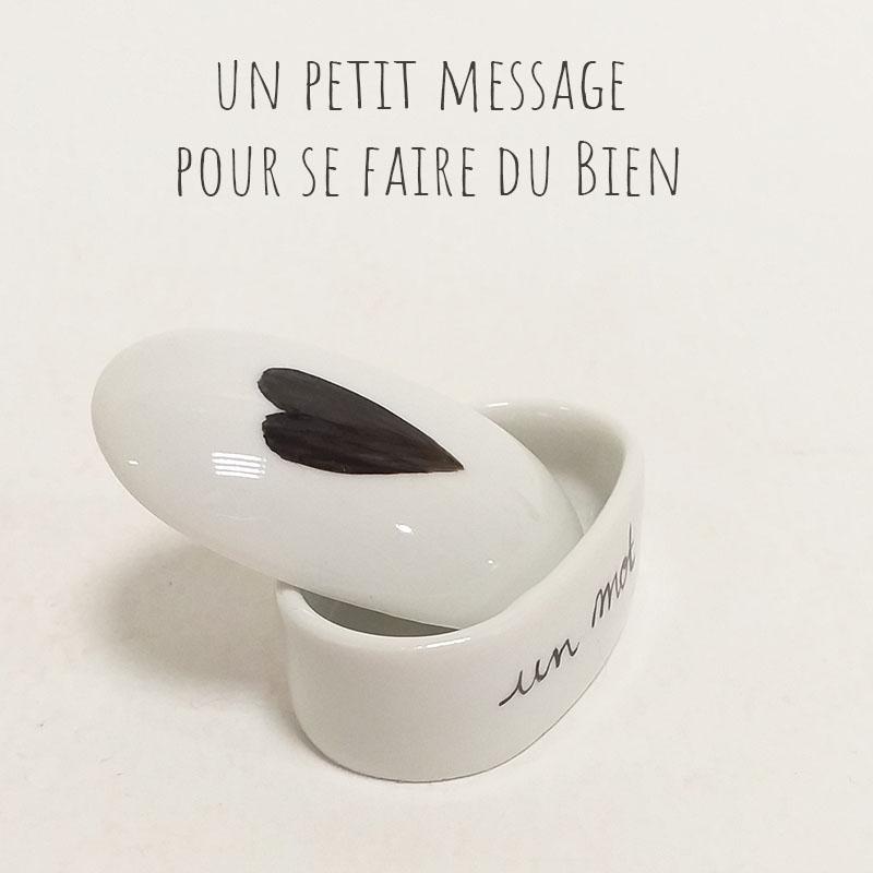 Boîte en porcelaine peinte à la main. Noir, un mot, une intention