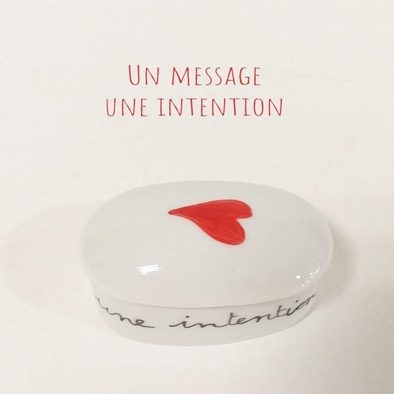 Boîte en porcelaine peinte à la main. Rouge, un mot, une intention