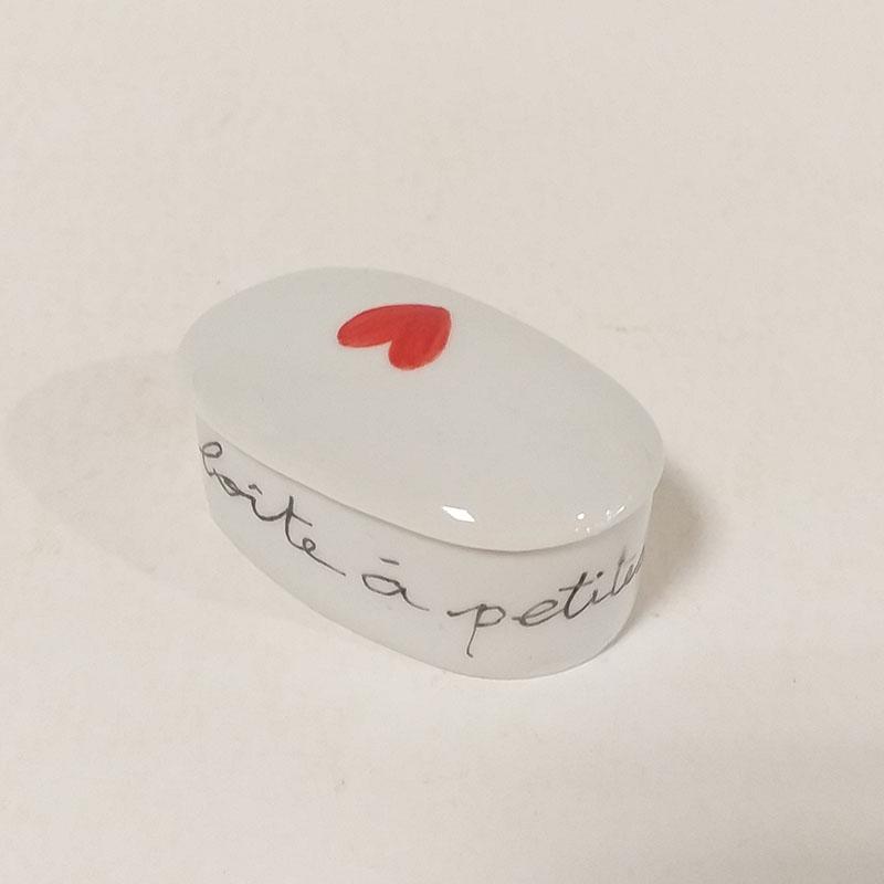 Boîte en porcelaine peinte à la main. Rouge, petites intentions