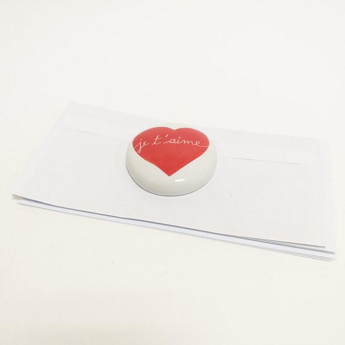 """Presse papier en porcelaine peint à la main. Rouge """" Je t'aime"""""""
