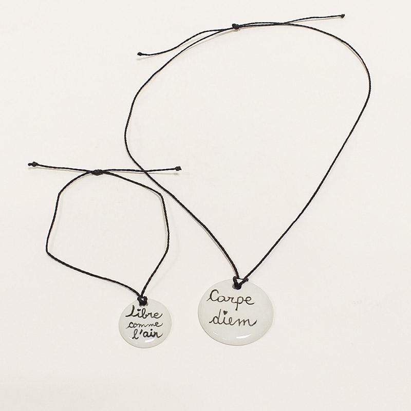 """Parure bracelet et pendentif en porcelaine peint à la main. Collection """" Je vis"""""""