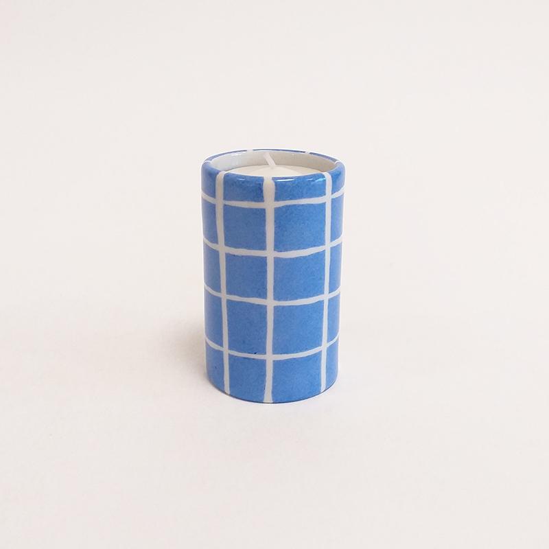 """Bougeoir cylindrique en porcelaine, collection """" Fifty's"""" - Paint à la main. Bleu outremer quadrillé"""
