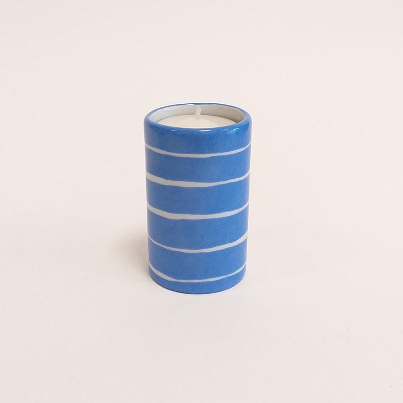 """Bougeoir cylindrique en porcelaine, collection """" Fifty's"""" - Paint à la main. Bleu outremer à rayures"""