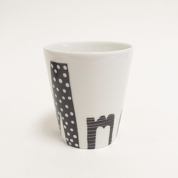tasse ou mug en porcelaine de Limoges, collection Graphik couleur, Mme en noir, peint à la main