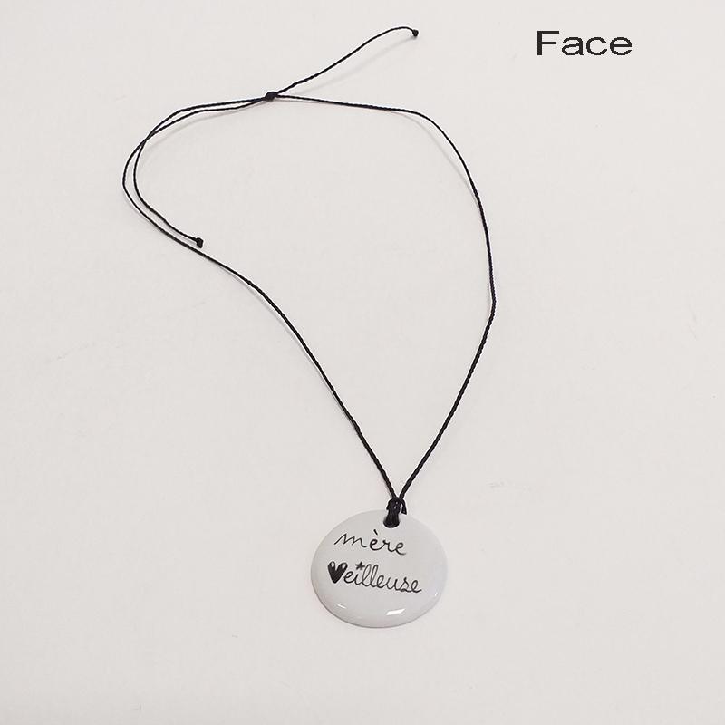 Pendentif en porcelaine, peint à la main. Forme ronde 3 cm, Mère veilleuse. Personnalisable sur mesure-1