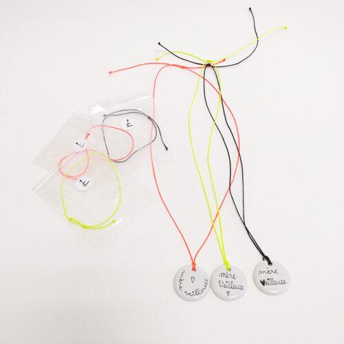 Pendentifs en porcelaine, peint à la main. Forme ronde 3 cm, Mère veilleuse. Personnalisable sur mesure et cordon bracelet