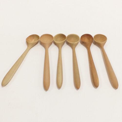 petite cuillère en bois de houx. fabrication artisanale française. Loire